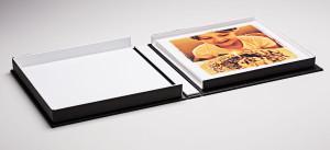 caixa de memória 20cmX20cm com interior branco, o padrão é em preto
